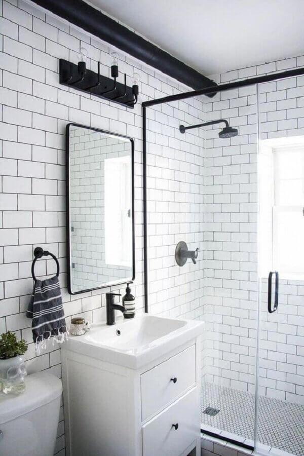 decoração de banheiro simples todo branco com detalhes pretos  Foto Pottery Barn