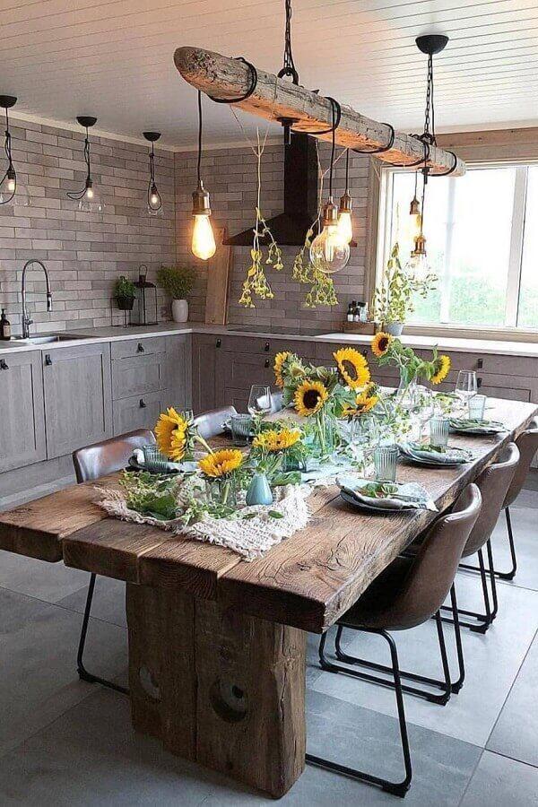 decoração de cozinha com mesa de madeira de demolição e luminária pendente rústica Foto Your Drawing