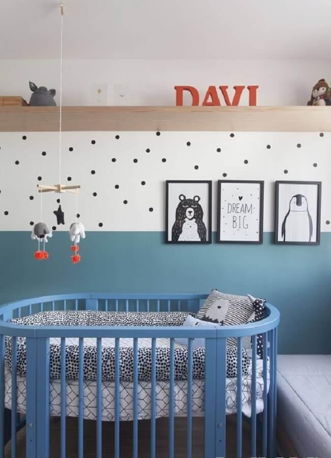 decoração de quarto de bebê azul e branco com papel de parede de bolinhas pretas Foto GAVA Arquitetura