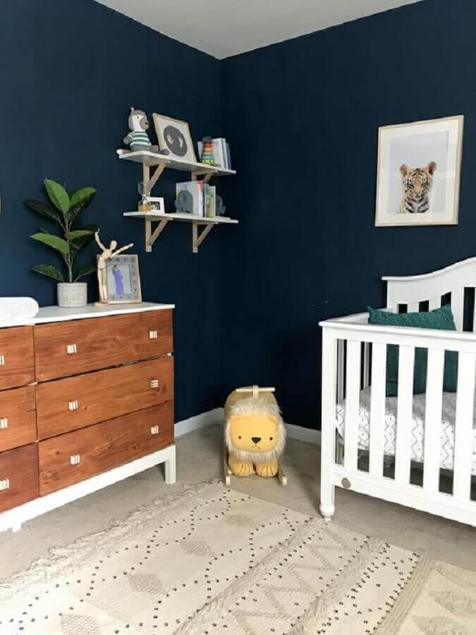 decoração de quarto de bebê azul marinho com berço branco e cômoda de madeira Foto Sheila Miller