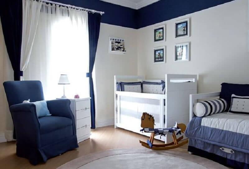 decoração de quarto de bebê azul marinho e branco com cavalinho de madeira Foto Pinterest