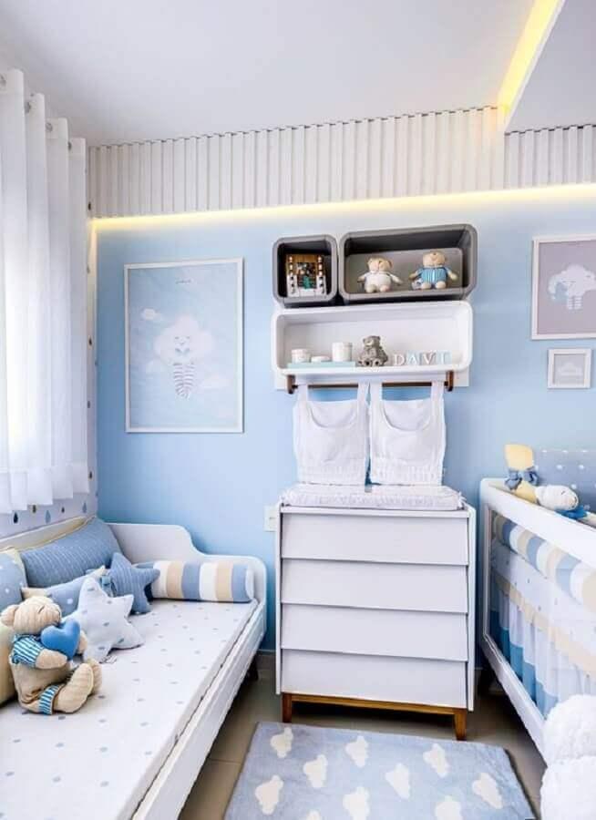 decoração de quarto de bebê pequeno azul com nuvens Foto Grão de Gente