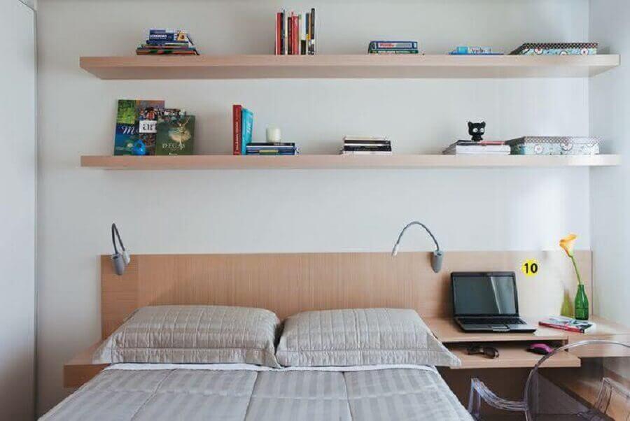 decoração de quarto de casal com escrivaninha de madeira integrada a cabeceira da cama Foto Pinterest