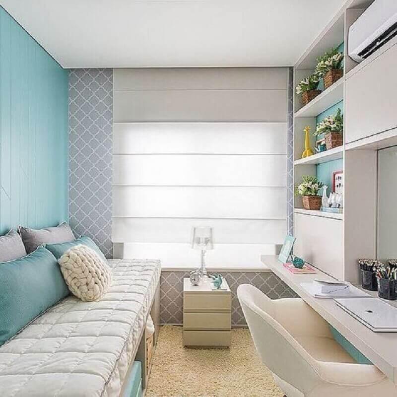 decoração de quarto pequeno com escrivaninha azul e branco com papel de parede cinza delicado Foto Pinterest