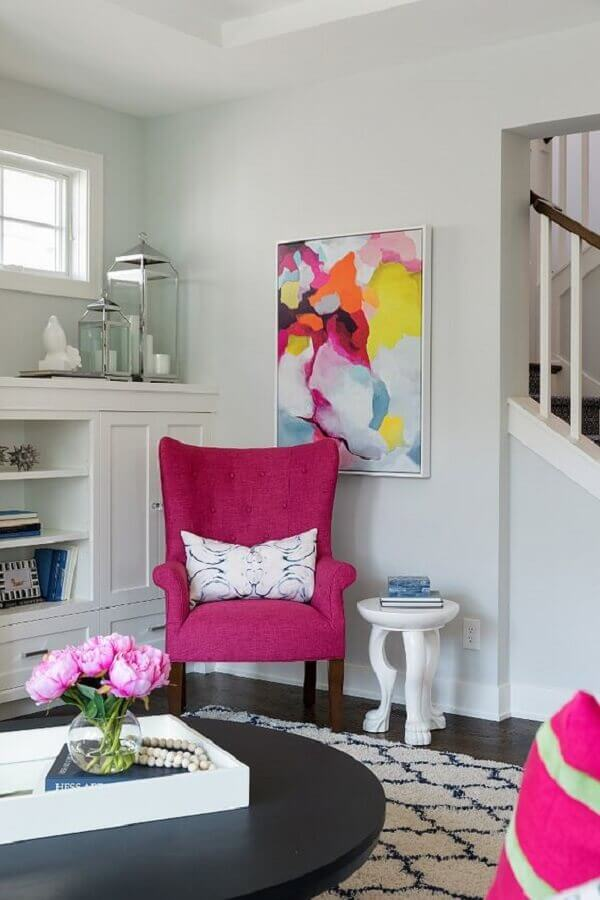 Poltrona rosa pink na sala branca