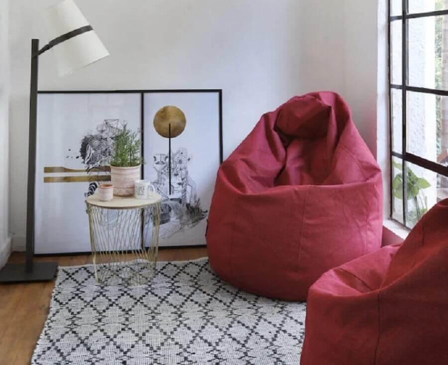 decoração de sala com abajur de chão e puff fofão colorido Foto Casafom