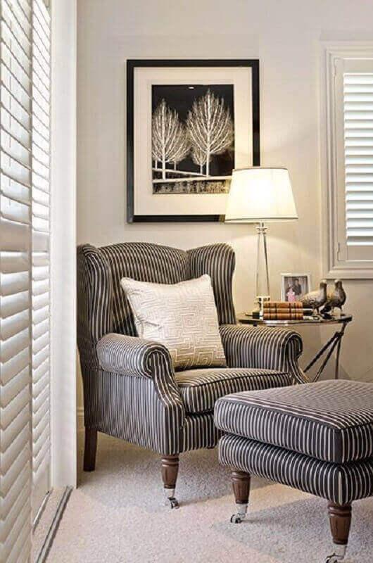 decoração de sala com poltrona com puff para leitura com tecido listrado Foto The Heart Book