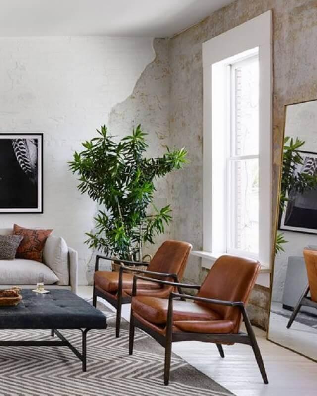 decoração de sala rústica com poltrona de couro e madeira Foto Horchow