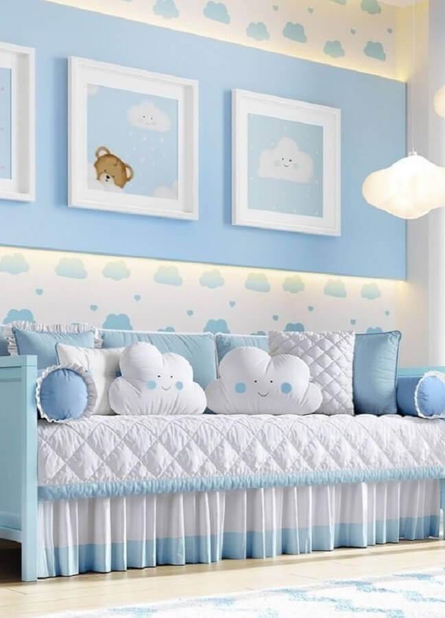 decoração delicada para quarto de bebê azul com nuvens Foto Grão de Gente