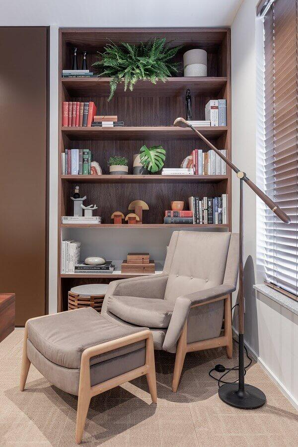 decoração em cores neutras com poltrona com puff para leitura Foto VOA Arquitetura