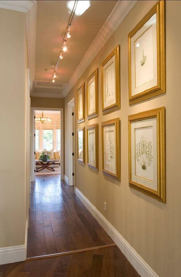 decoração em cores neutras com quadros para corredor  Foto Home Bunch