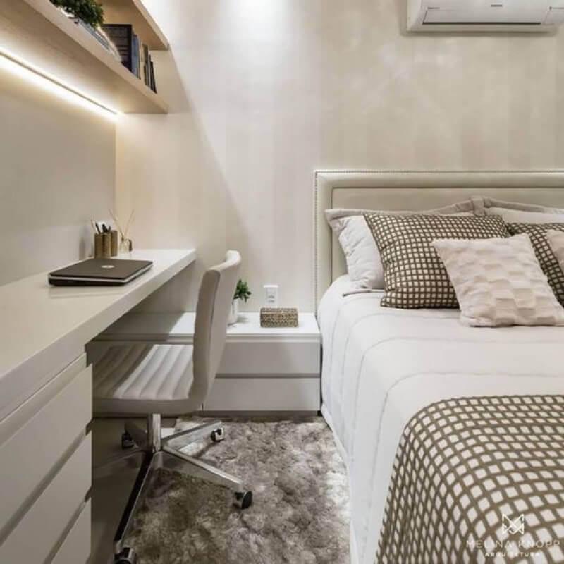 decoração em cores neutras para quarto de casal com escrivaninha Foto Dicas de Mulher