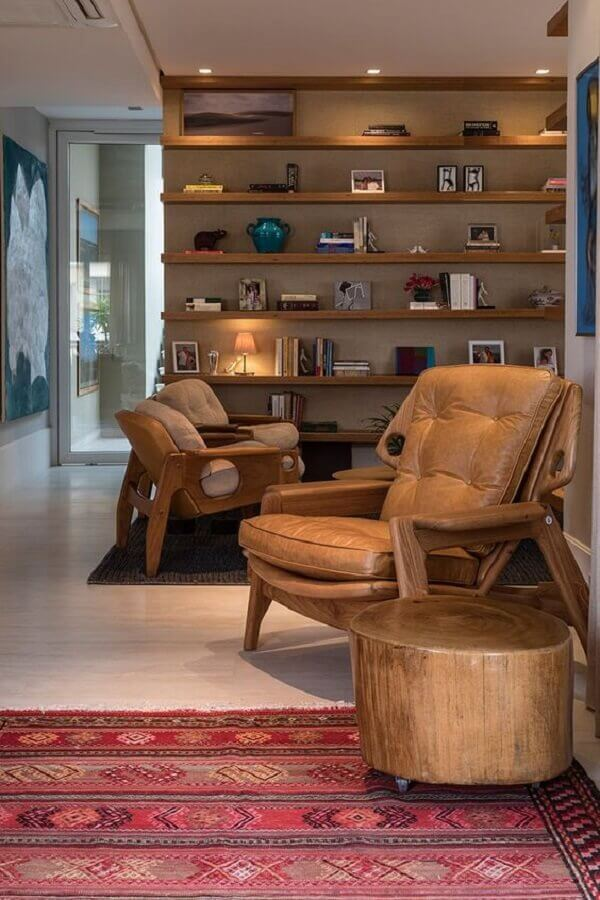 decoração em cores neutras para sala com poltrona de couro e madeira Foto Casa de Valentina