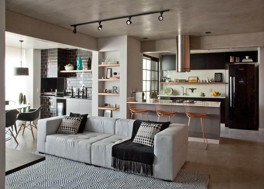 decoração industrial para casa conceito aberto moderna com banquetas rose gold Foto Revista Habitare