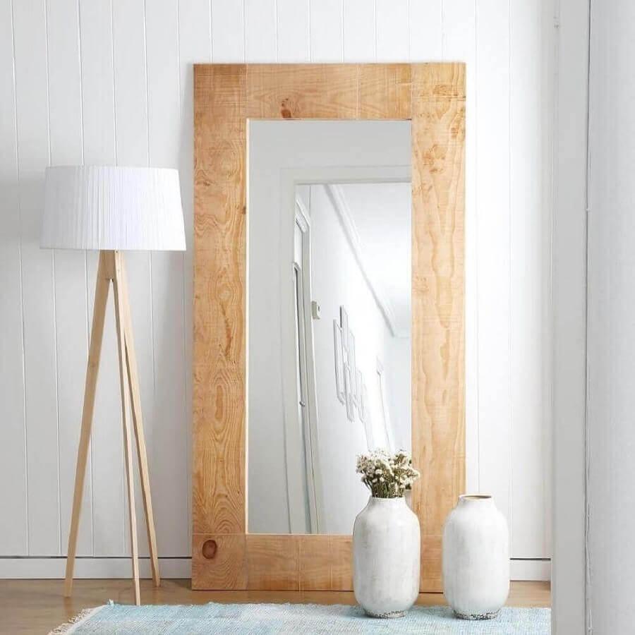 decoração minimalista com abajur e espelho de chão com moldura de madeira Foto Pinterest