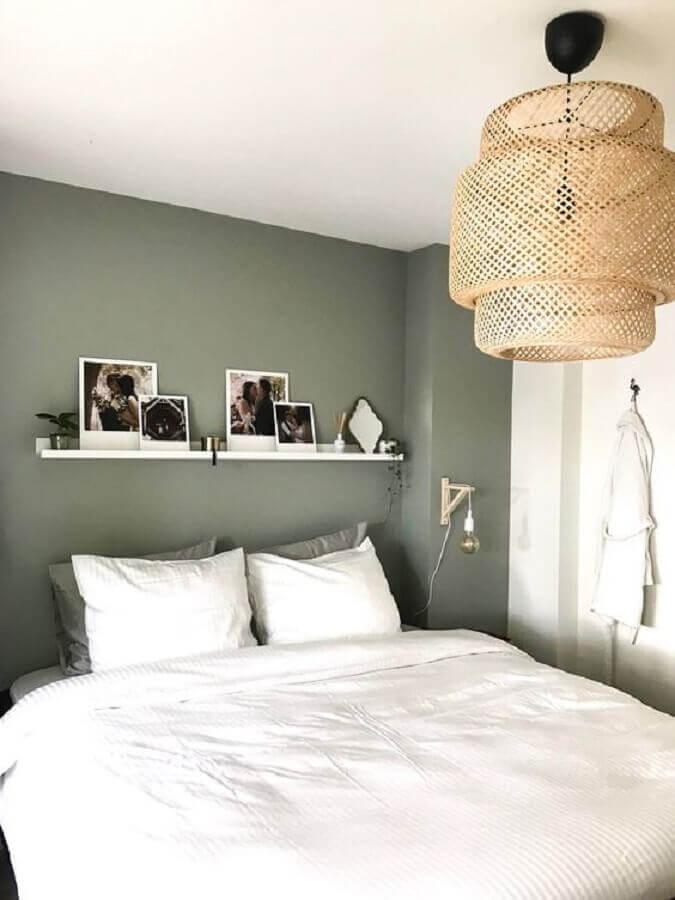 decoração minimalista para quarto com luminária rústica de teto Foto HomeDeco