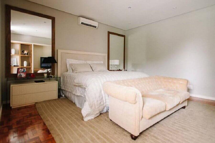 decoração neutra para quarto de casal com espelho grande com moldura de madeira Foto Últimas Decoração