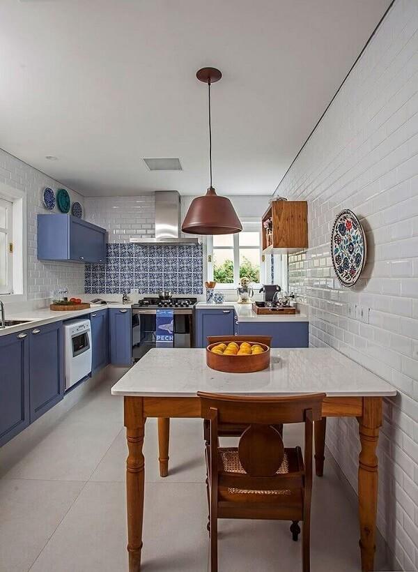 Cozinha azul moderna e planejada