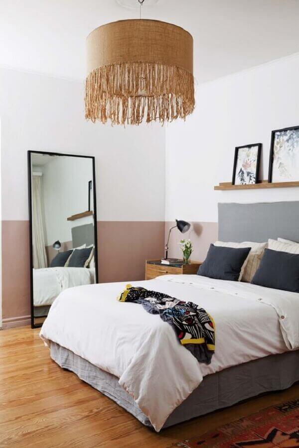 decoração para quarto de casal com espelho de chão e luminária rústica pendente Foto Casa Très Chic