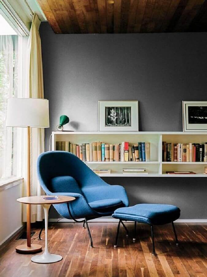 decoração para sala com abajur de piso e poltrona com puff para leitura moderna Foto Jeito de Cas