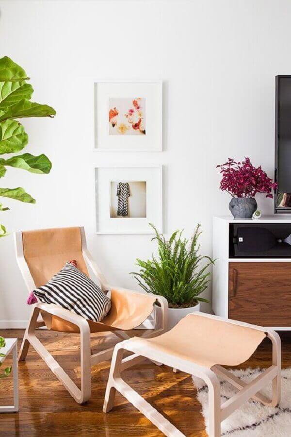 decoração para sala neutra com poltrona de couro Foto Cut & Paste