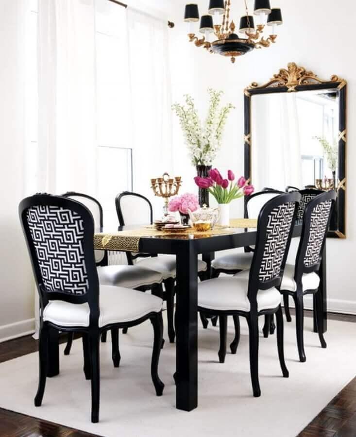 decoração preto e branco com espelho com moldura para sala de jantar clássica Foto Homedit