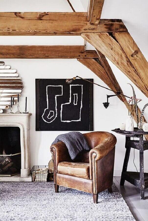 decoração rústica para sala com poltrona antiga de couro marrom Foto Pinterest