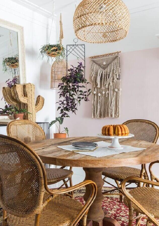 decoração sala de jantar com mesa redonda de madeira e luminária rústica de teto Foto Histórias de Casa