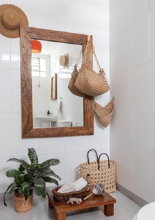 decoração simples com espelho com moldura de madeira Foto Histórias de Casa