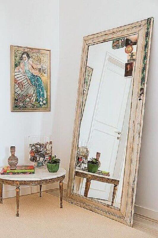 decoração simples com espelho de chão com moldura rústica de madeira  Foto Jeito de Casa