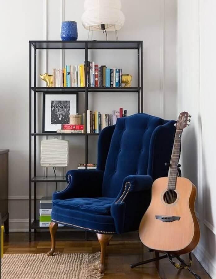 decoração simples com estante estilo industrial e poltrona para leitura clássica Foto Homify