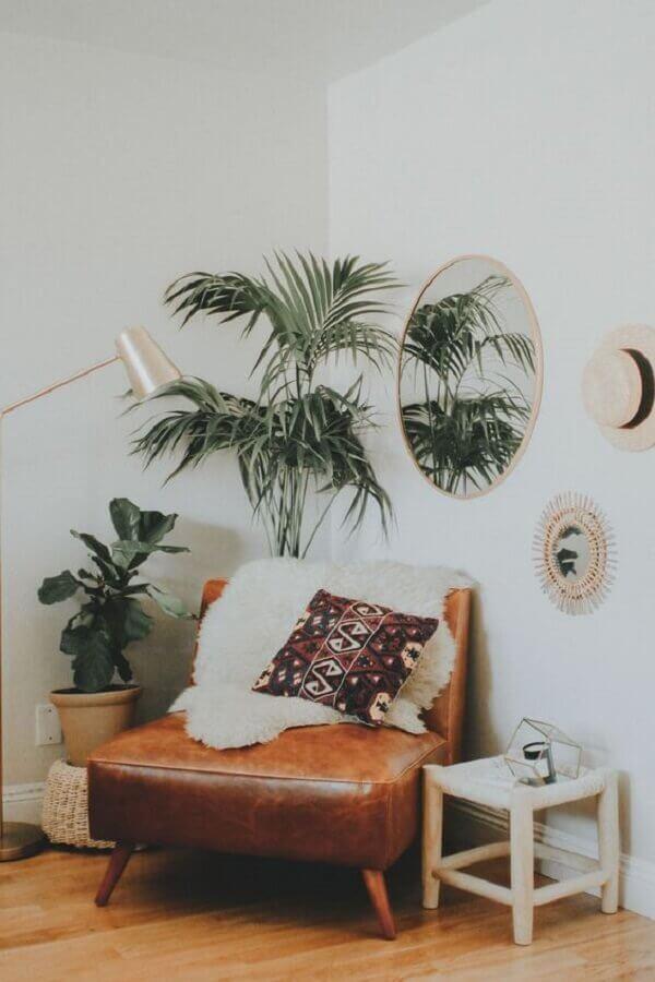 decoração simples com poltrona de couro marrom com pés palito Foto Pinterest