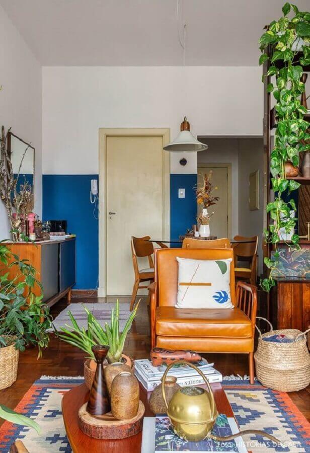 decoração simples com poltrona de couro para sala com vasos de plantas Foto Histórias de Casa