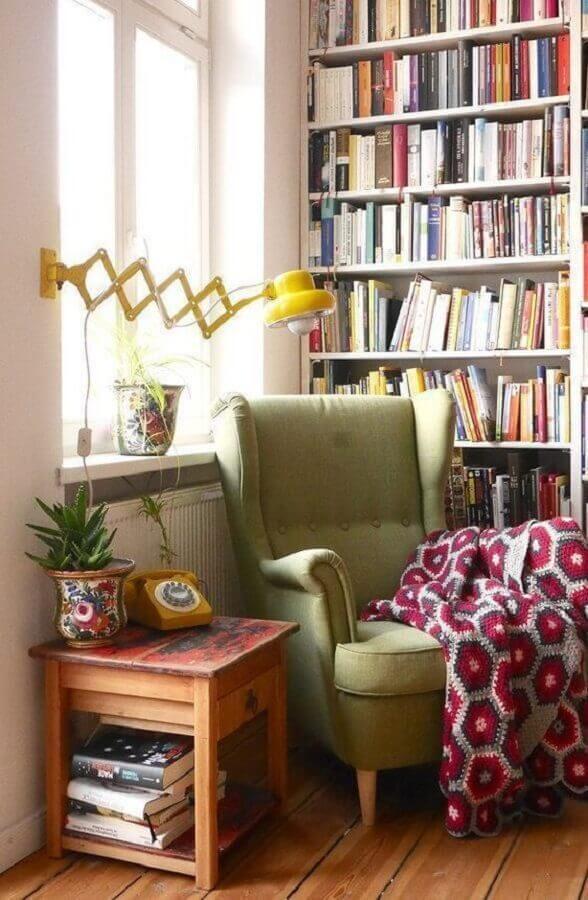 decoração simples com poltrona para leitura verde e estante de livros Foto Pinterest