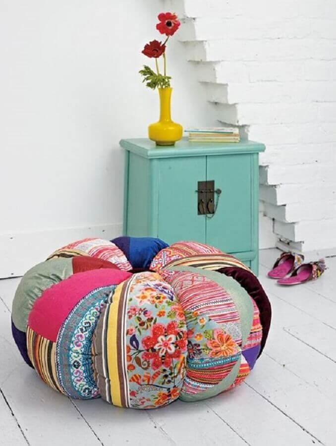 decoração simples com puff redondo colorido Foto Pinterest