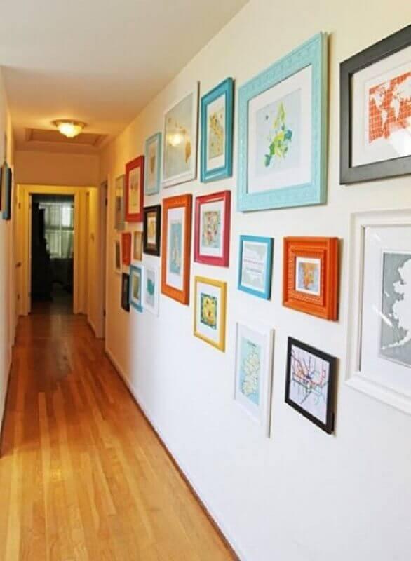 decoração simples com quadros coloridos para corredor Foto Doce Obra