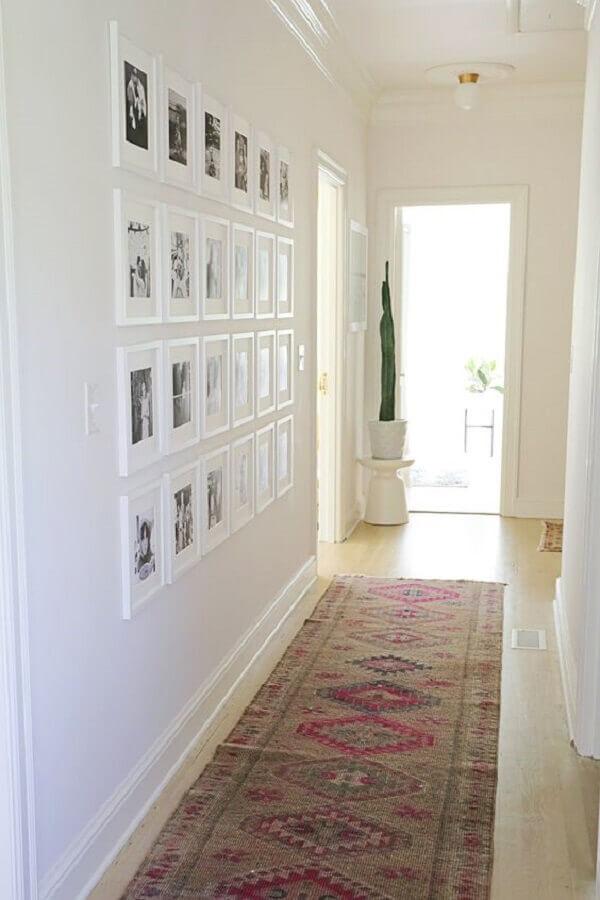 decoração simples com quadros para corredor todo branco Foto A Beautiful Mess
