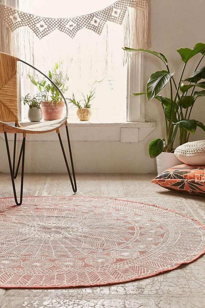 Decoração simples com tapete redondo