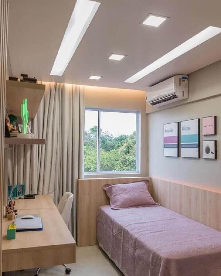 decoração simples em cores claras para quarto pequeno com escrivaninha Foto Jeito de Casa