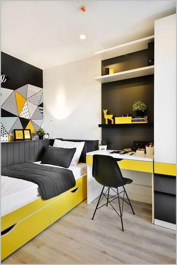 decoração simples em preto amarelo e branco para quarto de solteiro com escrivaninha Foto Archilovers