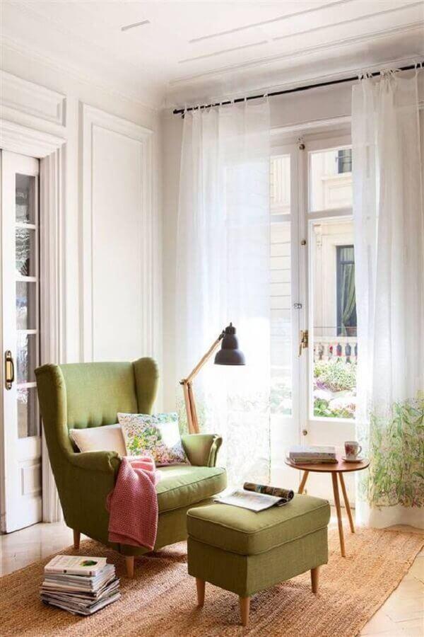 decoração simples para cantinho de leitura com poltrona confortável para leitura com puff Foto El Mueble
