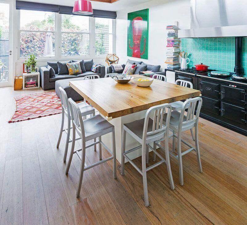 decoração simples para casa conceito aberto com detalhes coloridos Foto Stamp Interiors