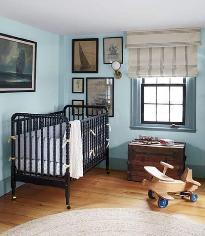 decoração simples para quarto de bebê azul claro com berço preto Foto Pinterest