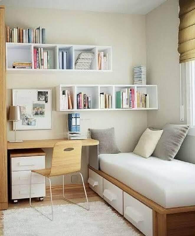 decoração simples para quarto de solteiro com escrivaninha de madeira Foto Archidea