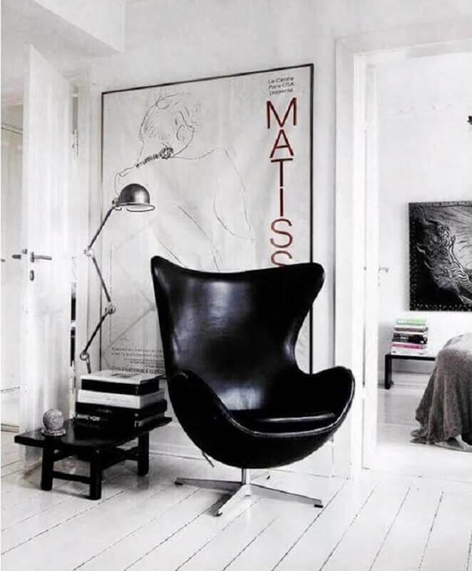 decoração simples para sala branca com poltrona de couro preta Foto Casa de Valentina