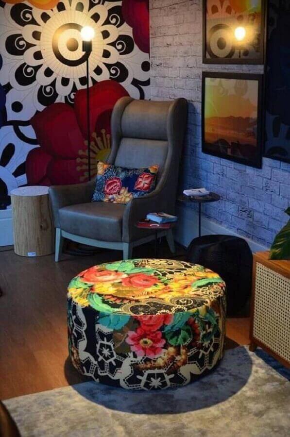 decoração simples para sala com puff redondo colorido Foto Pinterest
