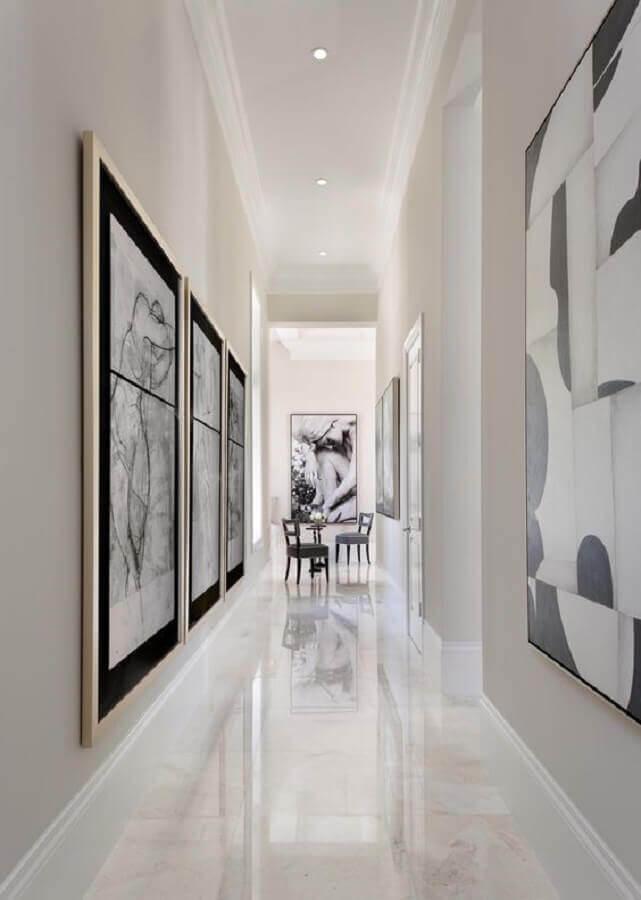 decoração sofisticada com quadros decorativos para corredor todo branco Foto The Casa Collective