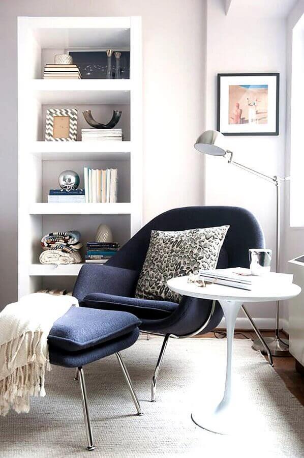 decoração toda branca com poltrona com puff para leitura azul escura Foto Jeito de Casa
