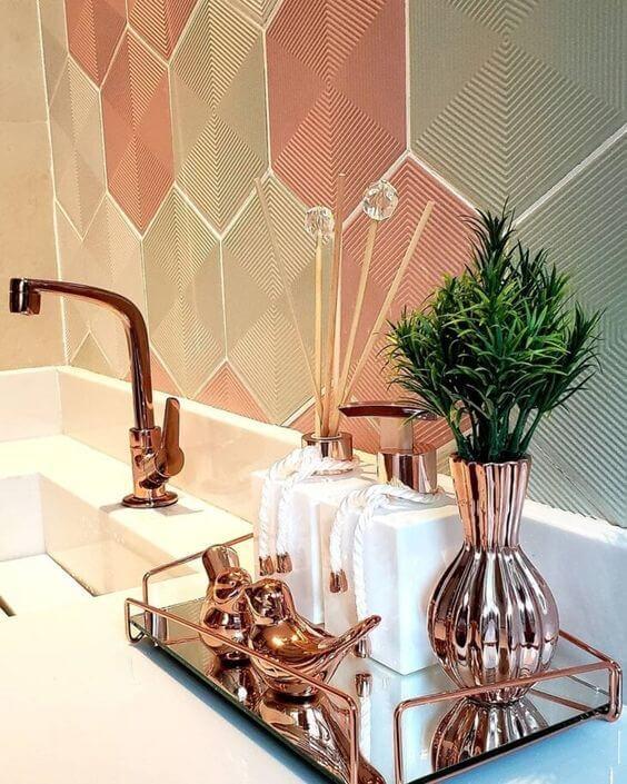 Banheiro com kit de banheiro