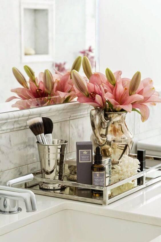 Decoração de banheiro com flores e perfumes